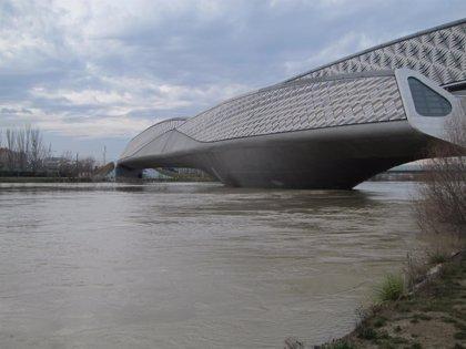 Comienzan los trabajos de reposición de escollera y limpieza del Ebro en la zona del Pabellón Puente