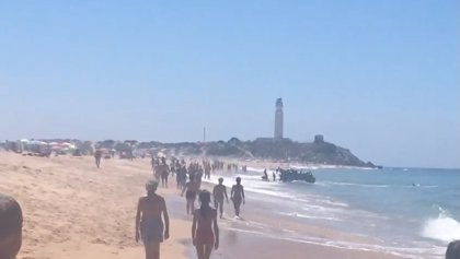 Varias decenas de personas llegan en patera por sus propios medios a la playa de Zahora (Cádiz)