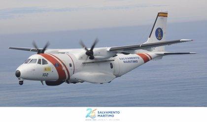 Trasladan a Motril (Granada) a 16 hombres rescatados de una patera en el mar de Alborán