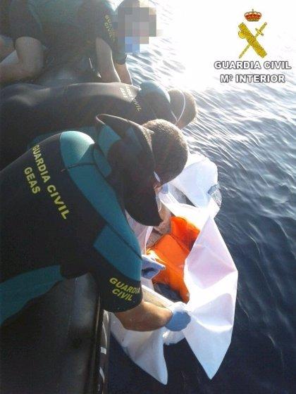 Hallan frente a las costas de la Vila Joiosa el cadáver de un joven que podría llevar varios meses flotando en el mar