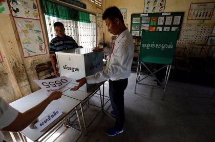 Abren los colegios electorales en Camboya para las elecciones generales