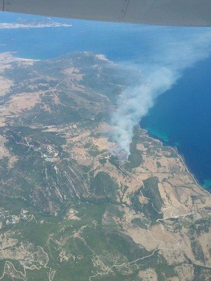 Hasta 90 bomberos trabajan contra los dos focos del incendio forestal declarado en Tarifa