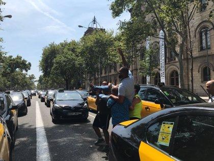 Los taxistas de Barcelona celebran la posición del Govern y esperan reunirse con Fomento