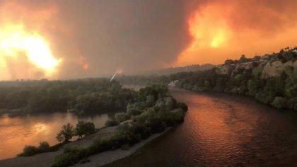El incendio de California deja ya tres muertos y nueve desaparecidos tras multiplicarse en las últimas horas