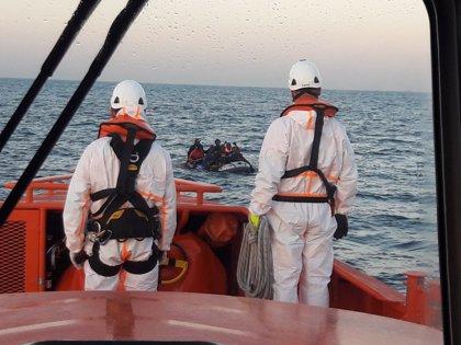 Trasladan a Motril (Granada) a 16 personas, dos menores, rescatadas de una patera