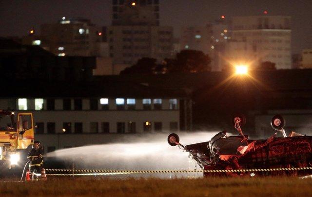 Los bomberos extinguen las llamas de una avioneta estrellada en Sao Paulo