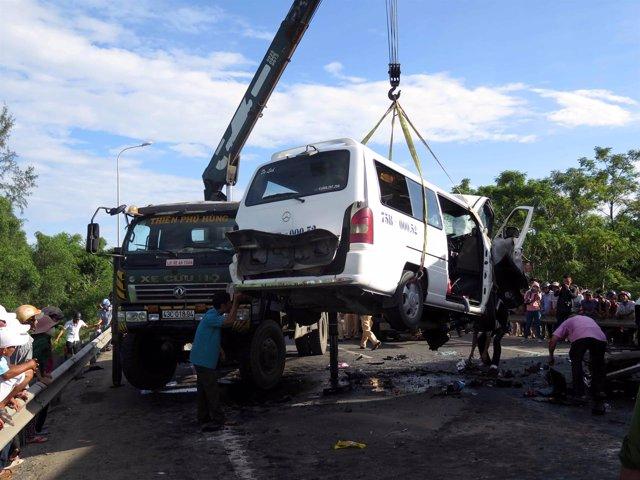 Una grúa opera un autobús estrellado en Vietnam