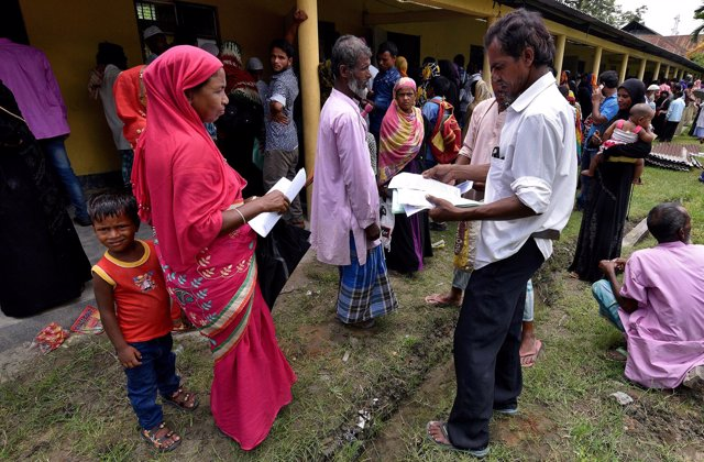 Ciudanos esperan para presentar documento en el Registro Nacional en Mayong