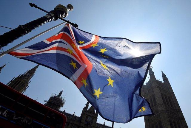 Mezcla de banderas de Reino Unido y la UE