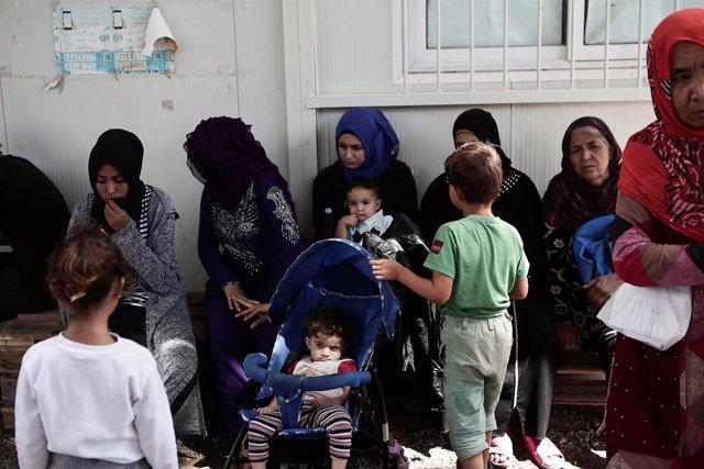 Mujeres y niños en el campamento de refugiados de Moria en la isla de Lesbos