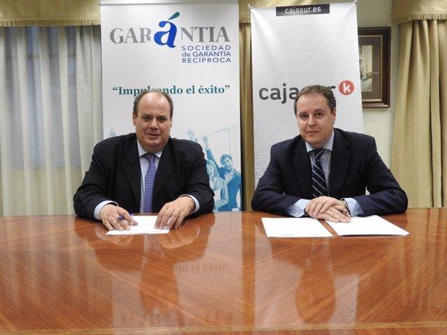 Los responsables de Cajasur y Garantía durante la firma