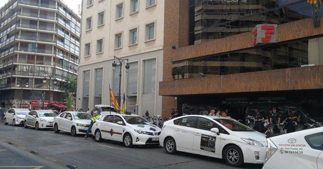 Taxistas ante la sede de de la Delegación de Gobierno en la Comunitat
