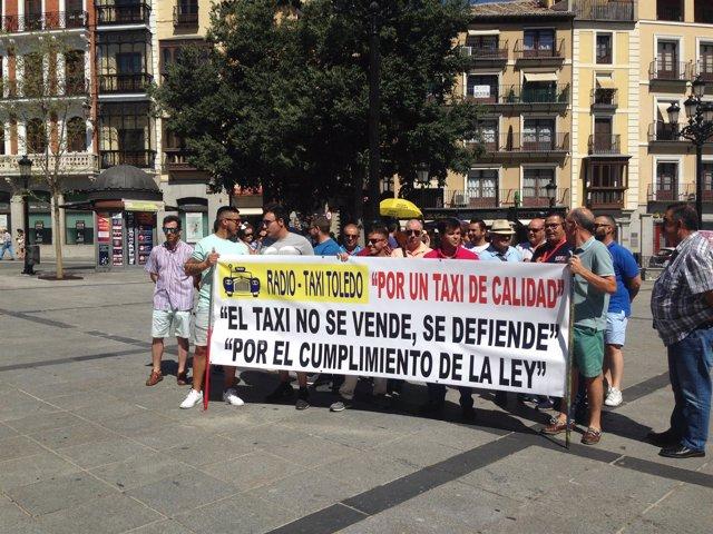 Taxistas de Toledo concentrados en solidaridad con sus compañeros en huelga