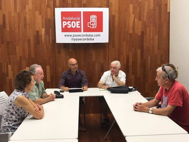 Hurtado y Naz (al fondo) en la reunión entre PSOE y Córdoba Laica