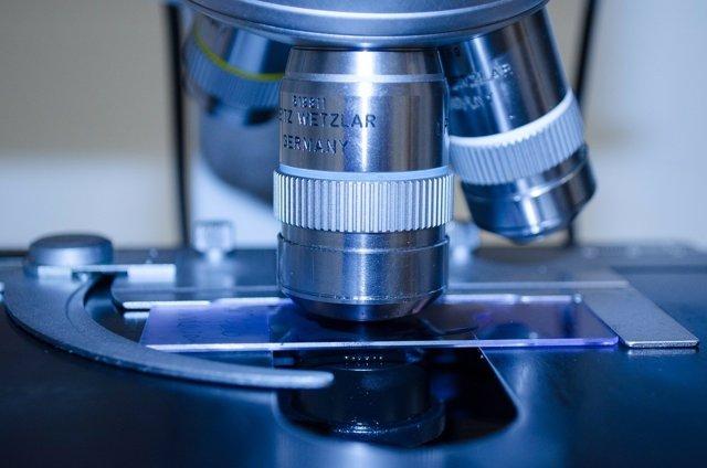 Un microscopio, muestras médicas, análisis, investigación