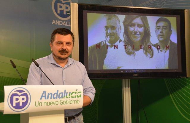 Toni Martín (PP-A), en rueda de prensa en Sevilla