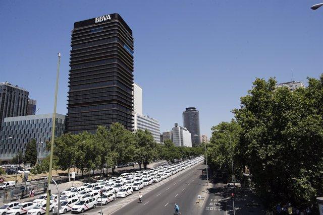 Una hilera de taxis que cortan el Paseo de la Castellana