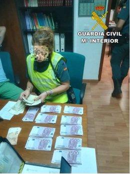 Agente contando el dinero