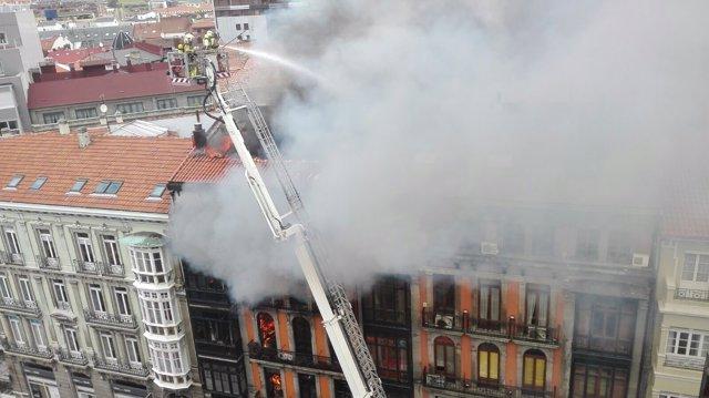 Imagen de archivo del Incendio en la calle Uría de Oviedo en abril de 2016,