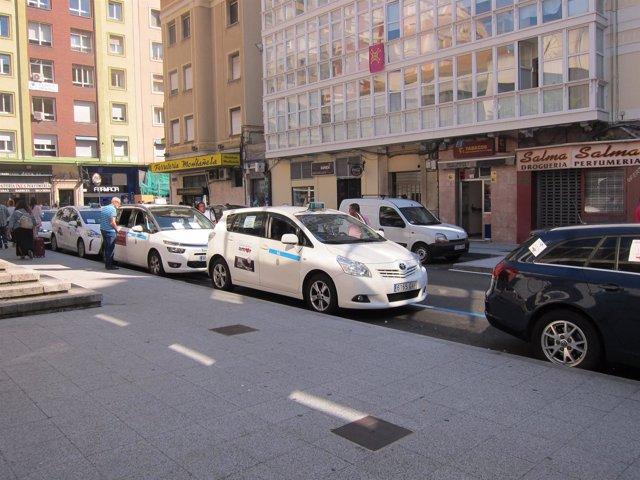 Taxis en la parada de la estación de autobuses de Santander