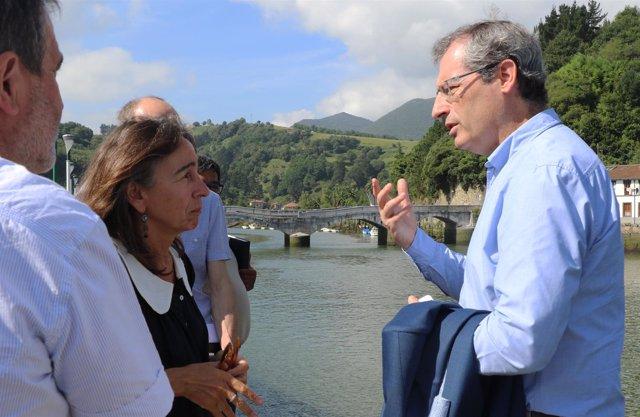 Markel Olano y Marisol Garmendia en el puente Deba-Mutriku