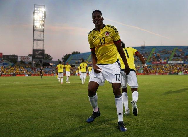 Yerry Mina jugando con Colombia