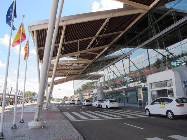 Taxis esperando en la parada del Aeropuerto de Zaragoza (imagen de archivo)