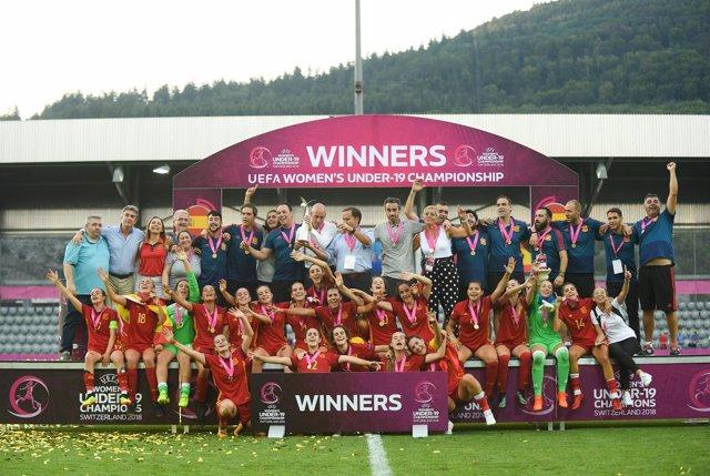La selección femenina Sub-19 celebra su título de campeonas de Europa