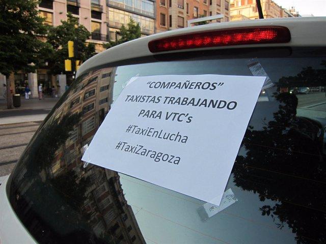 Uno de los taxis que han protestado esta tarde en Zaragoza