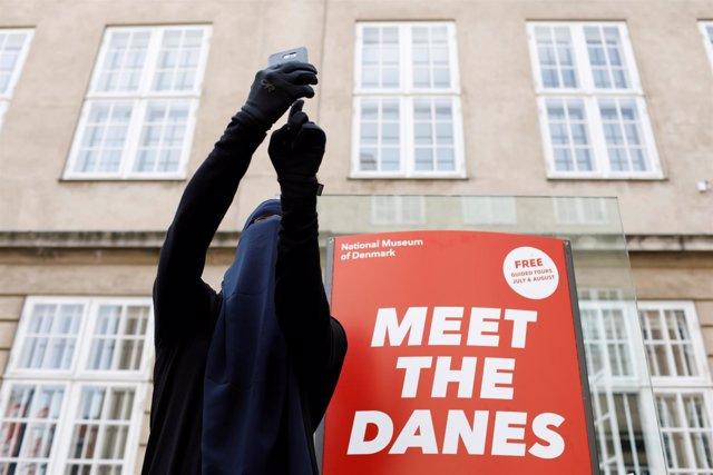 Ayah, de 37 años, luce el niqab frente al Museo Nacional de Dinamarca
