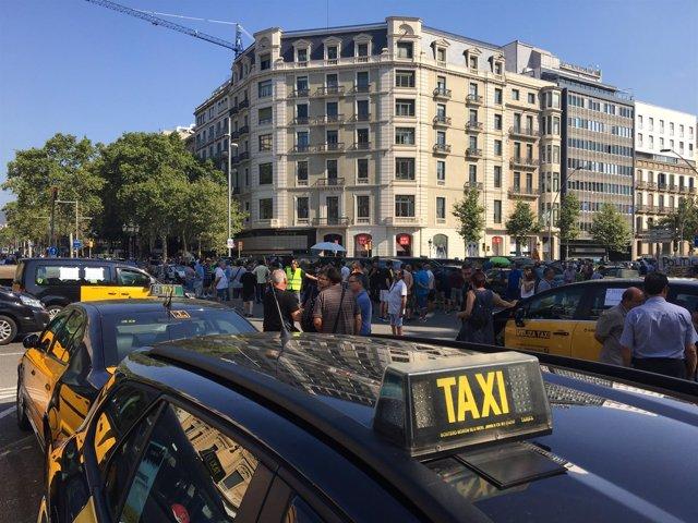 Taxistas ocupan la Gran Via de Barcelona para reclamar la ratio 1/30