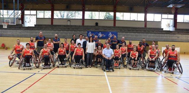 María José Rienda visitando a las selecciones de baloncesto en silla