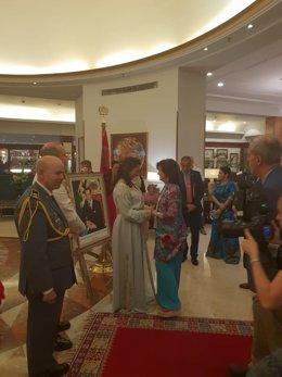 La embajadora de Marruecos en España, Karima Benyaich, saluda a Carmen Calvo