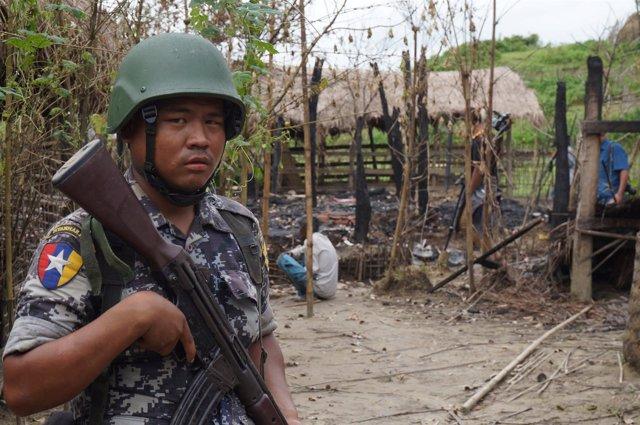Soldado birmano en un pueblo de Rajine