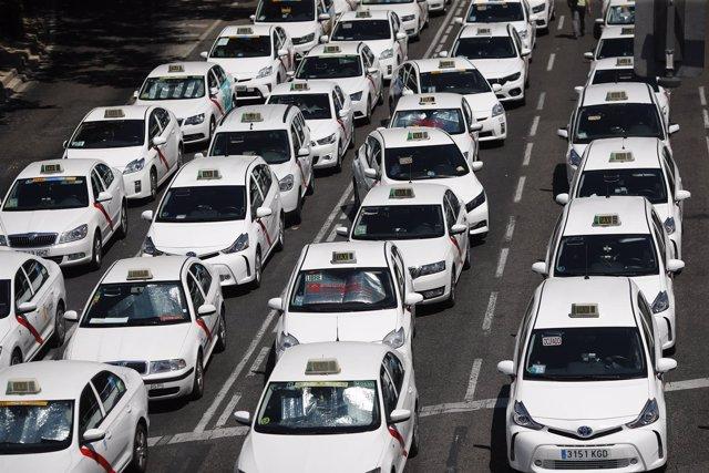 Taxistas se concentran en el Paseo de la Castellana de Madrid frente al Minister