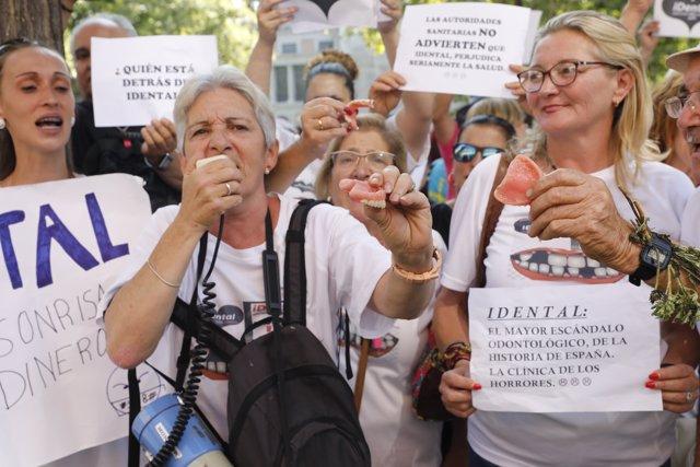 Manifestació a Madrid d'afectats per l'empresa d'odontologia iDental