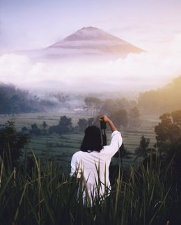 Turista en un volcán en Bali
