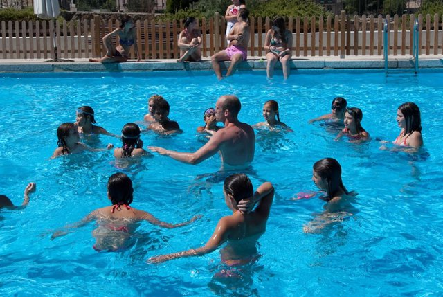 Niños piscina, verano, agua, campamento