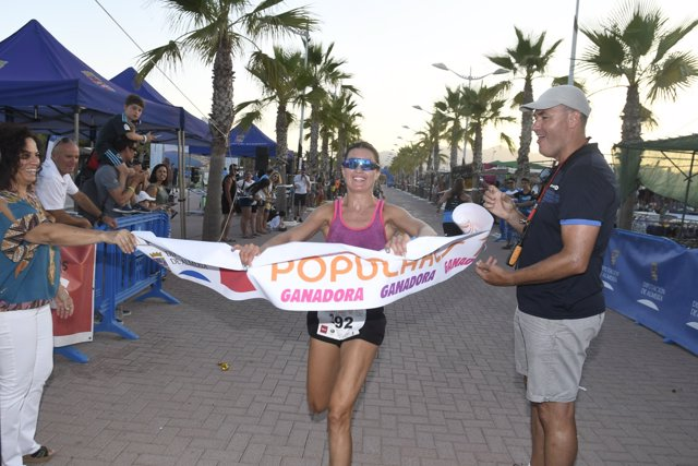 La ganadora en categoría femenina entra en meta