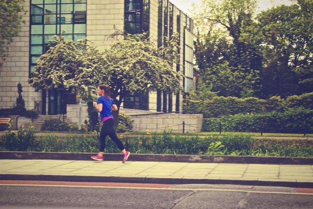 Mujer corriendo, running