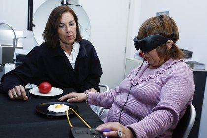 Una invidente logra percibir estímulos luminosos y localizar objetos gracias a un novedoso chip de retina