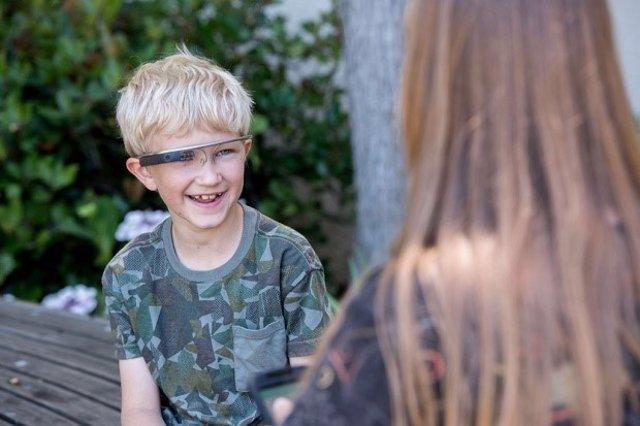 Niño con las Google Glass