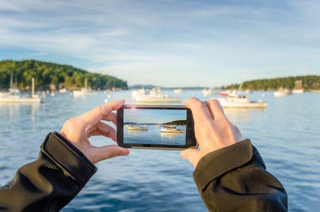 Una persona hace una foto con su smartphone