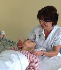 Una enfermera atiende a una paciente en el Virgen del Rocío.