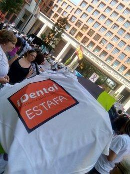 Afectados por iDental protestan frente al Ministerio de Sanidad