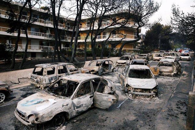 Coches quemado tras un incendio en Mati, cerca de Atenas, Grecia