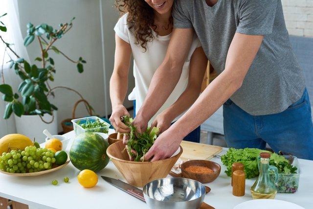 Ensalada, cocina, cocinando, pareja, frutas