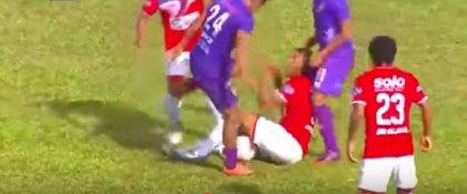 La brutal patada al cuello de un futbolista peruano a su rival en pleno partido