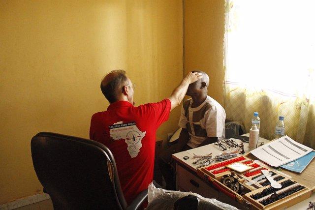 Optico revisando la vista en Guinea Conarky m