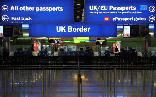Control de pasaportes en el aeropuerto de Heathrow